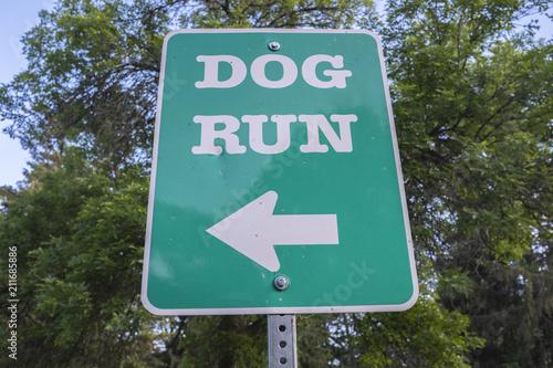 Photo  Dog Run Sign At A Pet Park Near A Walking Trail