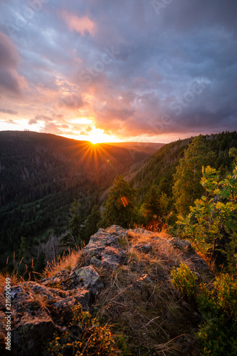 Spoed Foto op Canvas Grijze traf. Dramatisches Licht über dem Tal im Harz