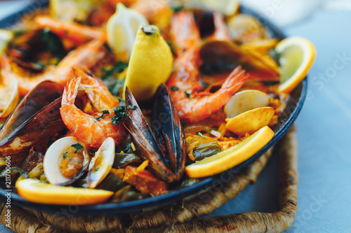 Foto spanish seafood paella, closeup view
