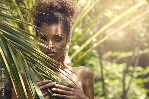 tropikalny-strzelac-z-african-american-beauty