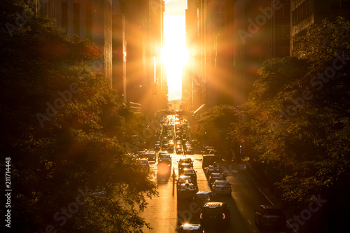 Tuinposter New York City Sunset between the buildings on 42nd Street in Manhattan New York City