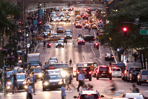Fotografia Busy evening cityscape with cars and people on 42nd Street in Midtown Manhattan