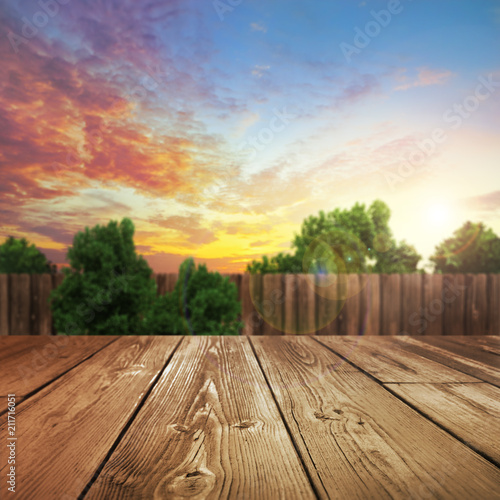 Photo wooden table top with blurred outdoor backyard background