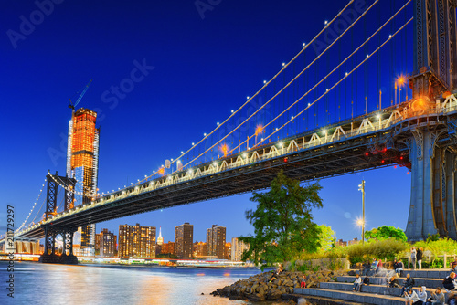 Staande foto Verenigde Staten New York night view of the Lower Manhattan and the Manhattan Bridge across the East River.