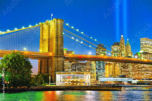 Staande foto Verenigde Staten New York night view of the Lower Manhattan and the Brooklyn Bridge across the East River.