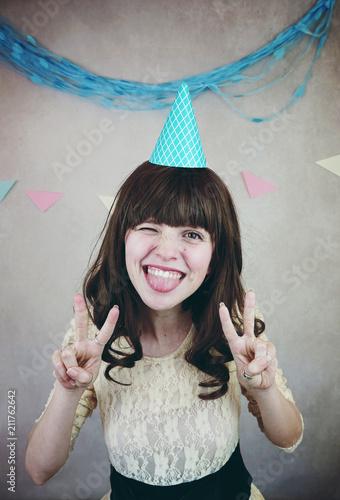 Fotografie, Tablou  Chica joven y muy feliz celebrando su cumpleaños