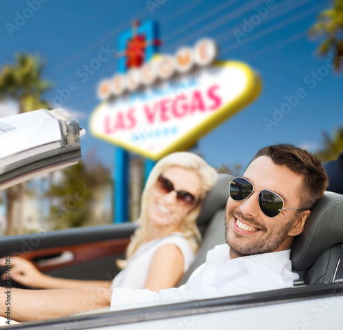 Photo  road trip, travel and people concept - happy couple driving in convertible car o