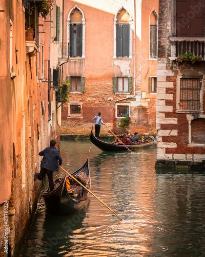 Duas gondolas em Veneza, Italia.