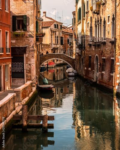Foto op Plexiglas Venetie Paisagem em Veneza com barcos no rio
