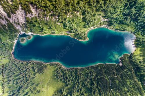 male-jezioro-w-wysokich-alpach-austrii