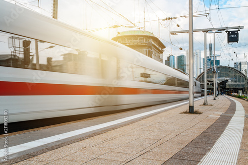 Plakat Niewyraźne przejazdy pociągiem przez dworzec kolejowy w mieście