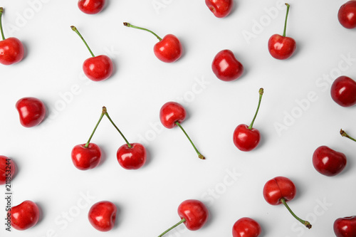 Montage in der Fensternische Kirschblüte Sweet red cherries on white background