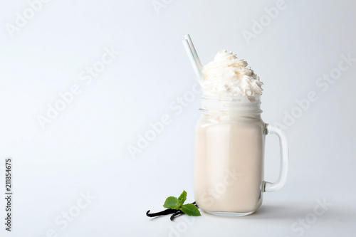 Lait, Milk-shake Mason jar with delicious milk shake on white background