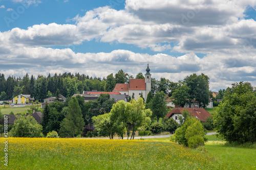Spoed Foto op Canvas Wit Kleines Dorf mit Kirche im Waldviertel