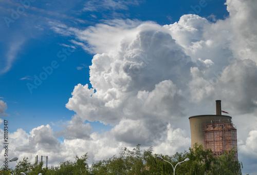 Foto  Ciel bleu avec un énorme nuage cumulonimbus au dessus d'une cheminée d'un centra