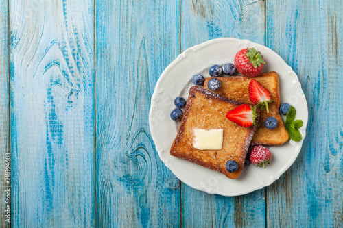 Fotografía Traditional, delicious, sweet French toast with fruit and butter.