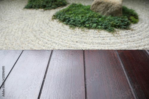 La pose en embrasure Zen pierres a sable japanese zen stones garden with wood space background