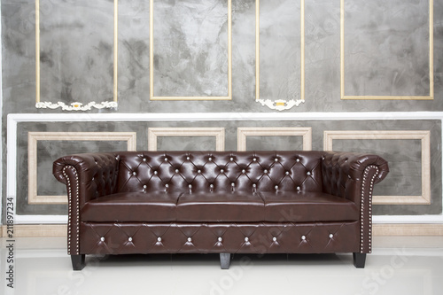 Papiers peints Retro brown leather sofa in the room