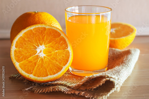 Poster Sap Orange and orange juice on wooden background
