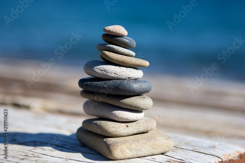 Photo sur Plexiglas Zen pierres a sable stones stacked in front of water