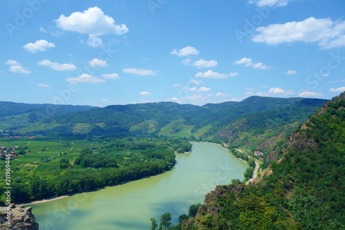 Foto  Panoramic aerial view of beautiful Wachau Valley with the historic town of Durns