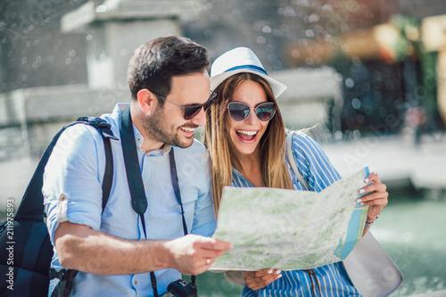 Tourist couple in love enjoying city sightseeing Fotobehang