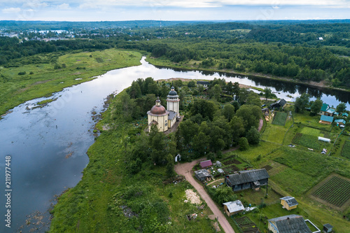 Foto op Aluminium Luchtfoto Bird's eye view of the Vazhinka river and Orthodox Church Of The Resurrection. Kurpovo village in Vazhinsky urban settlement of Podporozhsky district of Leningrad region, Russia.