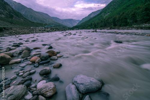 Tuinposter Purper River in Chitkul Village, Sangla Valley in Himachal Pradesh
