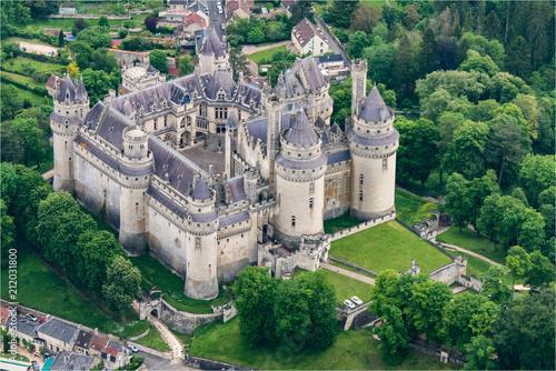 Papiers peints Vieux rose vue aérienne du château de Pierrefonds restauré par Viollet-le-Duc dans l'Oise en France