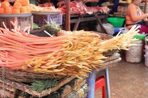 Fototapeta premium Lokalny targ w Siem Reap, sprzedaż warzyw i owoców oraz artykułów spożywczych.