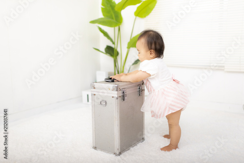 Fotografia  つかまり立ちする赤ちゃん
