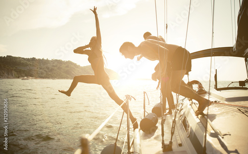 Fotografía  Silhouettes of friends jumping from the boat