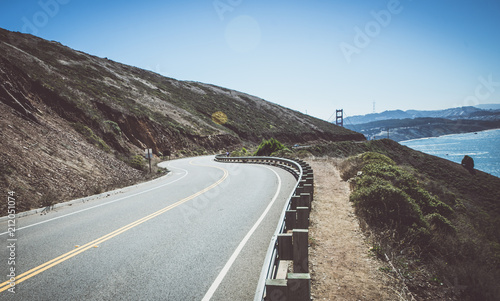 Spoed Foto op Canvas Amerikaanse Plekken Street curving up in San francisco hills