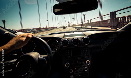 Foto op Plexiglas Amerikaanse Plekken Man driving his sport car in San francisco