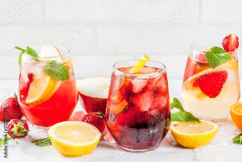 Cold white, pink and red sangria cocktails with fresh fruits, berries and mint Canvas-taulu