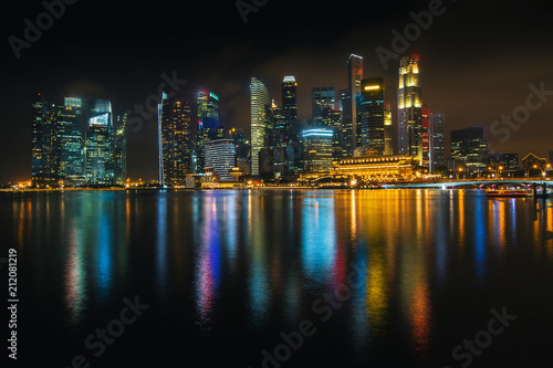 Tuinposter Poort Views of business district Marina Bay at night, Singapore.