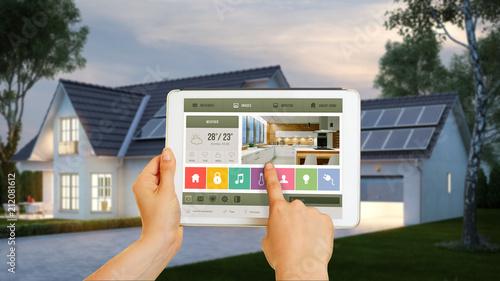 Deurstickers Wanddecoratie met eigen foto Haus gesteuert mit Smart Home Technologie auf Tablet