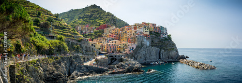 Poster Ligurie Panoramic View of the Town of Manarola builded on the Cliff, in a Summer Day