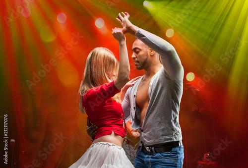 Montage in der Fensternische Tanzschule Young couple dances Caribbean Salsa