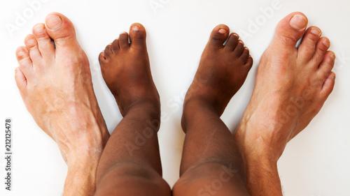 Photo pieds noirs d'enfant avec pieds blancs d'adulte