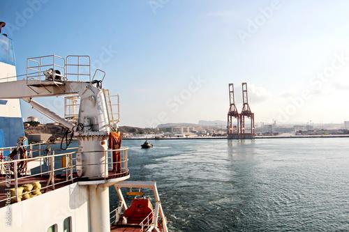 Spoed Foto op Canvas Poort Вид на причал и береговые сооружения порта Салалах,Оман, Индийский океан