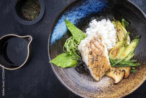 Modern japanisch Kabeljau Fisch Filet gebraten mit Pak Choi und Reis als Draufsicht  in einer Schale