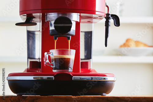 Making espresso in glass transparent coffee cup. Fototapet