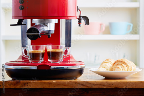 Fotografía Two cups of espresso on espresso machine