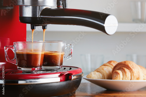 Photo Hot espresso running into two cups