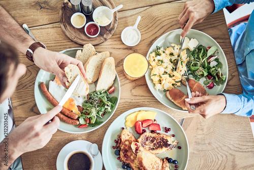 Foto Two people having healthy breakfast in restaurant together