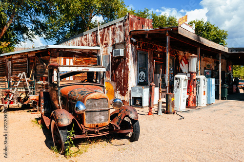 La pose en embrasure Route 66 abandoned retro car in Route 66 gas station, Arizona, Usa