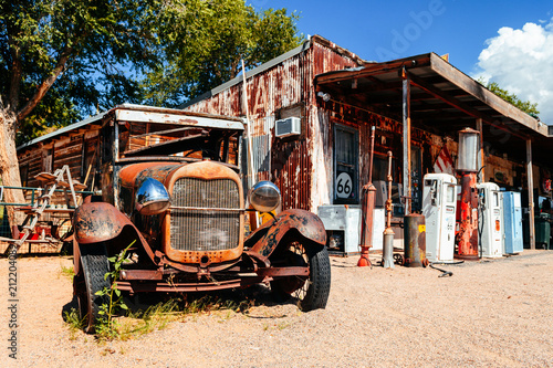 Photo  abandoned retro car in Route 66 gas station, Arizona, Usa