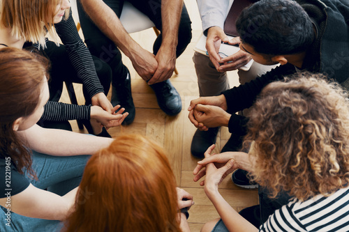 Photo High angle of a group of teenagers sitting in a circle during group therapy for