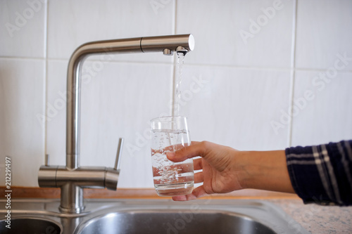Fototapety, obrazy: A glass of water from the tap